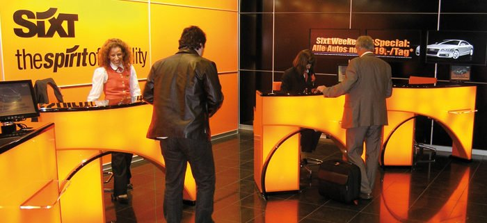 Digital Signage Sixt AG Bedientheke Servicepoint