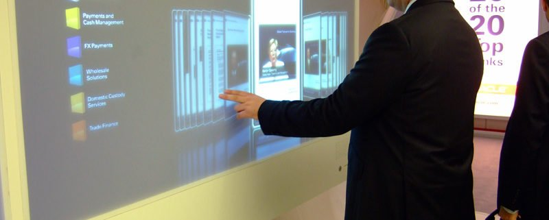 Person an Digital Signage Leinwand mit Touch Beispiel