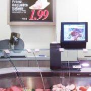 Digital Signage Waage und Display Angebot an der Fleischtheke