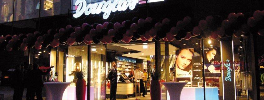 Douglas Videowall Front Ansicht und Beleuchtung am Abend