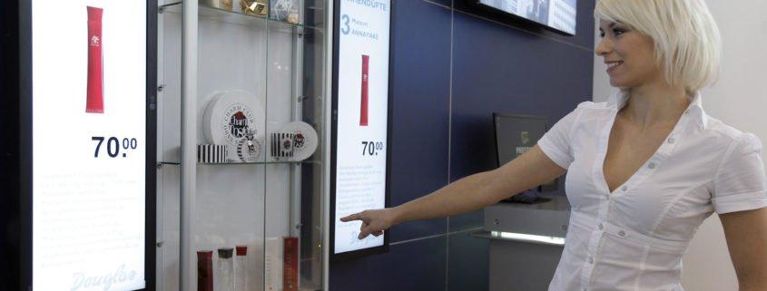 Euroshop 2011 Person zeigt auf ein Digital Signage Display Hochkant
