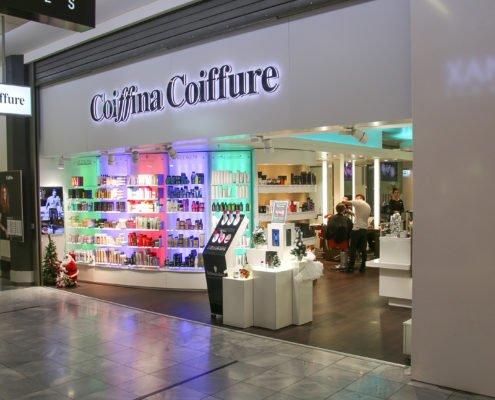 Coiffina Coiffure Eingang mit Unternehmensschriftzug