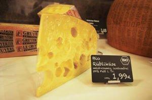 Kartendruck schwarz auf weißer Schrift Bio Käse