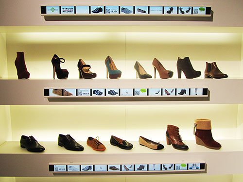 POS Marketing Schuhregal Multimedia Shelf Wincor World Fashion