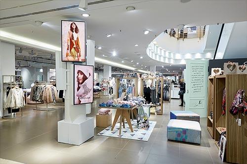 Dodenhof setzt Digital Signage im Modehaus ein