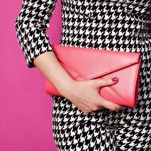 Handtasche mit Hand lila Hintergrund