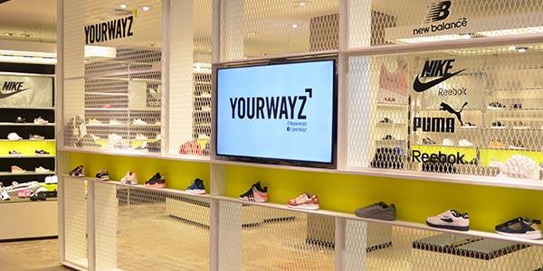 Bildschirm im Sneaker Store mit digitale Promotion im Modehaus Hagemeyer