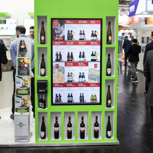 Digitales Weinregal InfinityShoppingShelf auf dem Stand der Online Software AG