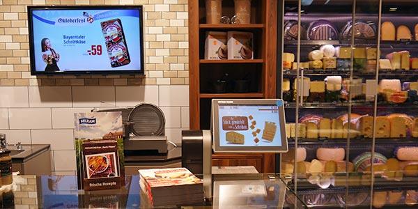 Käsewerbung an der Bedientheke mit Bildschirm und kundenseitigem Waagenbildschirm