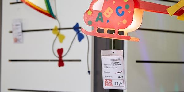 Möbel Rieger A6 Plakat an Hubschrauber-Lampe