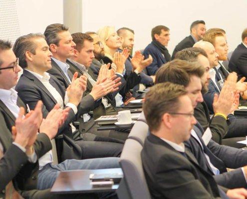 Auditorium mit klatschenden Zuhörern auf dem PRESTIGE Partnertag 2018 der Online Software AG