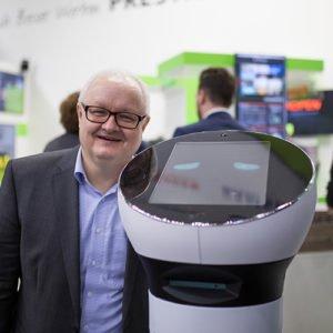 Volker Wissmann zeigt POS-Lösungen mit Roboter Paul auf der EuroCIS