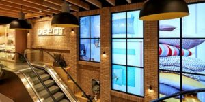 Digitale Fenster an der Rolltreppe von Depot in Reutlingen