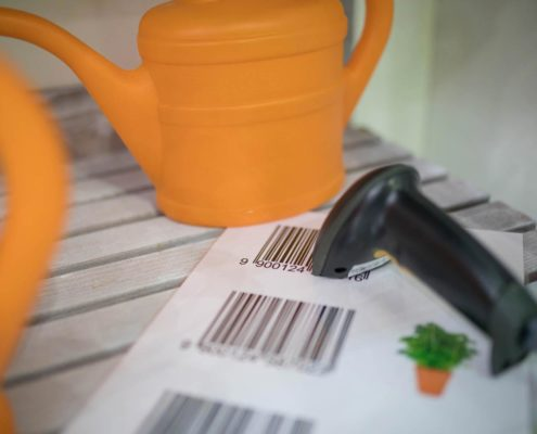 DIY Barcodescanner mit oranger Gießkanne