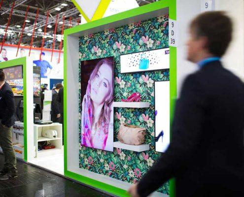 Digitale Schaufensterwerbung mit verschieden großen Bildschirmen am Stand der Online Software AG