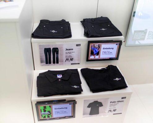 POS Marketing Preisauszeichnung und Angebotswerbung mit Plakaten und kleinen Bildschirmen im Modehandel