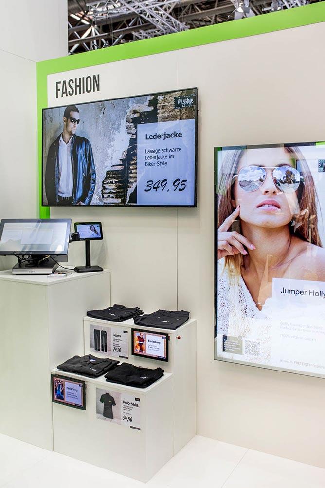Digitaler Spiegel und Großformatbildschirm sowie Kasse mit Kundenbildschirm für den Modehandel