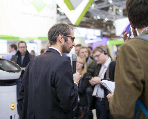 EuroCIS Presserundgang mit Roboter Paul