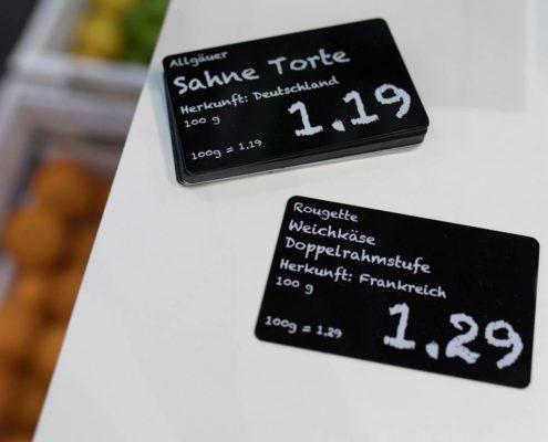 Schwarze Lebensmittelkarten und Thekenschilder weiß bedruckt in Tafeloptik