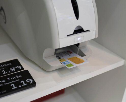 Lebensmittelkarten-Drucker mit farbigen Kartendruck mit der Plakatdrucksoftware PRESTIGEenterprise