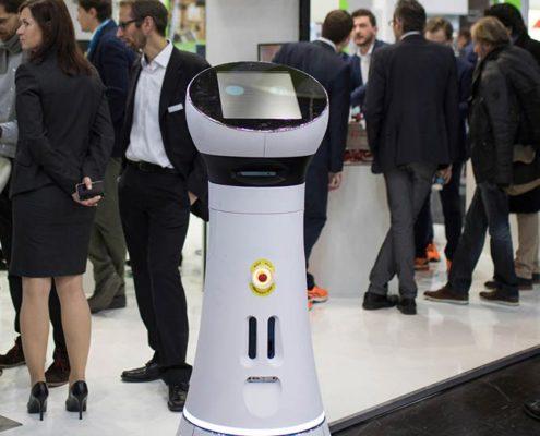 Roboter Paul begrüßt Besucher am Messestand der Online Software AG
