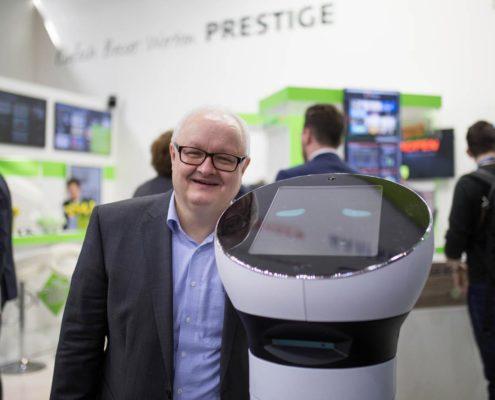 Volker Wissmann mit Roboter Paul am Stand der Online Software AG auf der EuroCIS