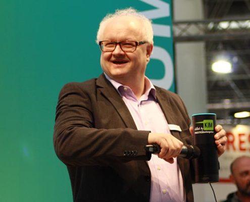 Volker Wissmann erklärt PRESTIGE Bot KIM mit Amazons Alexa auf der EuroShop 2017