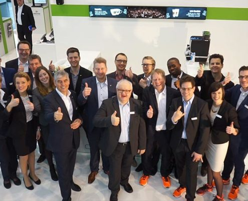 Gruppenfoto des EuroShop-Teams am Stand der Online Software AG