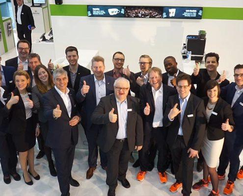 Gruppenfoto des EuroShop-Teams am Stand der Online Software AG
