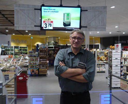 Inhaber Jörg Meibohm im Eingangsbereich des EDEKA Meibohm Marktes in Harsefeld