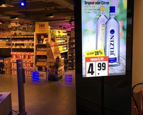 Produktangebote auf einer digitalen Stele im Eingangsbereich von Einzelhänder EDEKA Meibohm