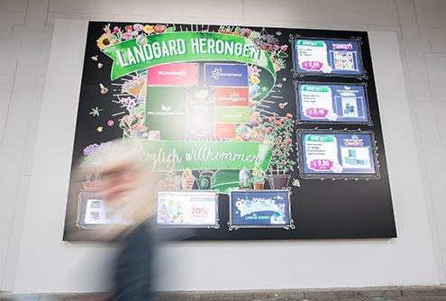 Digital Signage Elemente bei DIY Händler Landgard im Eingangsbereich bewerben Produkte.