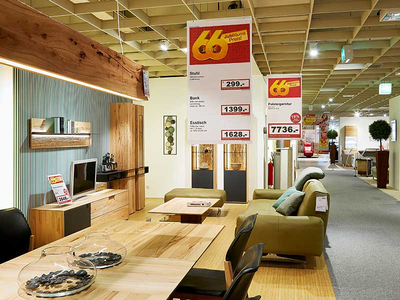 Plakatdrucklösung für Deckenhänger bei Möbel Rieger basierend auf der Software PRESTIGEenterprise