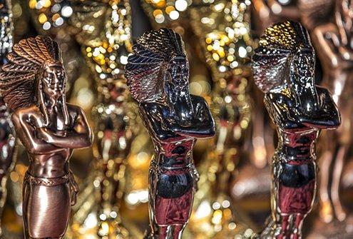 Indianerfiguren in bronze und gold sowie in schwarz für POPAI Award Best Digital