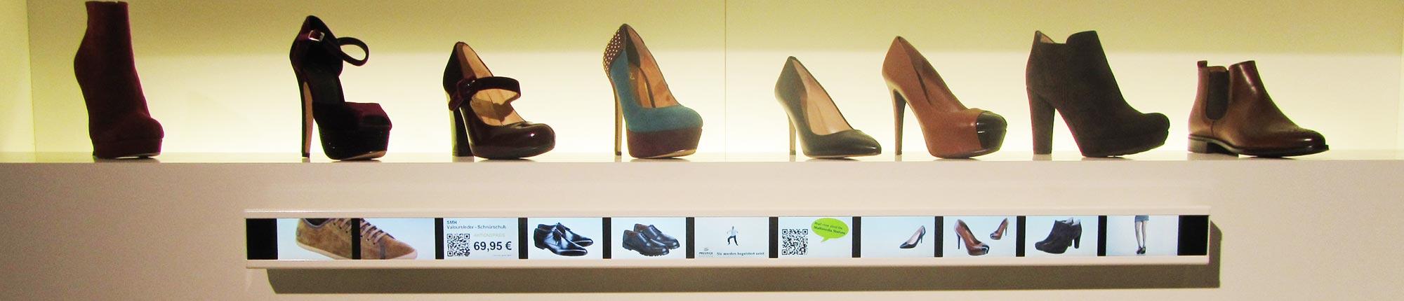 Promotion mit digitalen Leisten am Schuhregal als Digitals Signage Lösung für den Schuhhandel