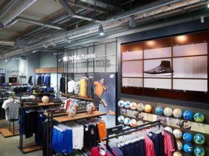 POS Marketing Videowall im Bereich Sport Fashion bei dodenhof zeigt digitale Promotion für Schuhe