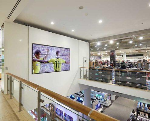 POS Marketing Videowall im Bereich Fashion des Einkaufscenter dodenhof zeigt Sportszenen