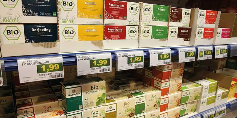 Etikettendruck Software - Regal mit Tee und Preisenetiketten