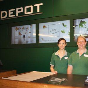 Instore TV - zwei Depot Mitarbeiterinnen vor Instore TV