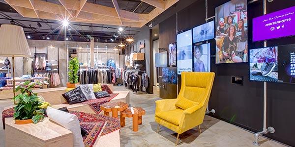 POS Marketing Videowall als digitales Ladenbauelement des neu gestalteten Bereiches im Modehaus Hagemeyer