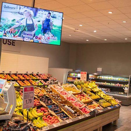 Bildschirme in der Obst- und Gemüse-Abteilung der Bünting Unternehmensgruppe