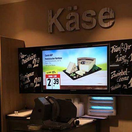 Digital Signage an der Käsetheke- EDEKA Nord Meibohm