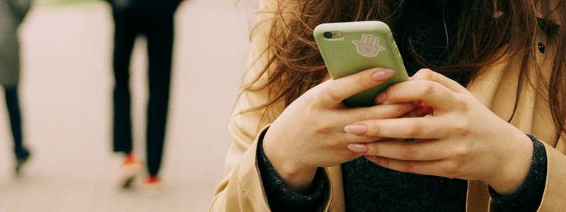 Event App: Frau mit Handy