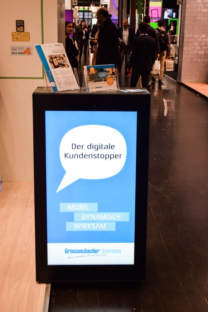 Digitaler Kundenstopper in der Laufzone